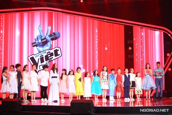 18 thí sinh nghe phần đánh giá và loại tại liveshow 2.
