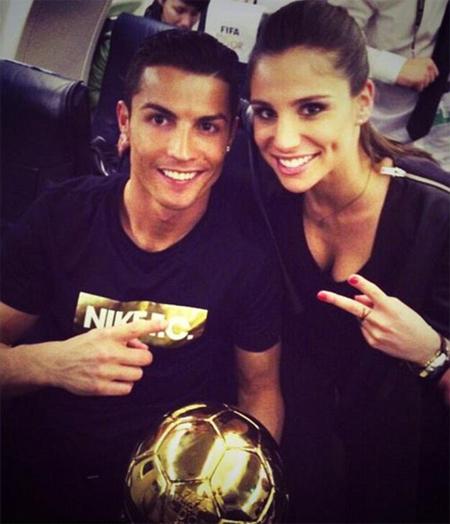 Lucia Villalon, 26 tuổi, hiện làm việc cho kênh nội bộ RMRV của Real Madrid. Tuần trước, cô cũng tới Thụy Sỹ để tham dự Gala trao giải của FIFA. Sau lễ trao giải, Lucia và C. Ronaldo vui vẻ chụp ảnh cùng nhau trên máy bay khi trở về Madrid. Trong bức ảnh được Lucia chia sẻ trên trang cá nhân, C. Ronaldo cười rạng rỡ bên cạnh Bóng vàng và bóng hồng.