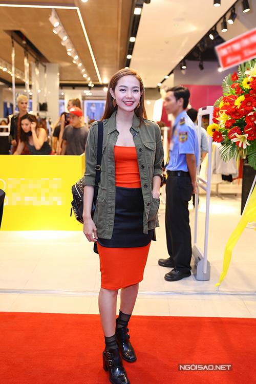 Với không khí sôi động và trẻ trung của buổi tiệc nhỏ, 'Bé heo' đã chọn cho mình bộ trang phục nổi bật trên tông màu cam cùng cách mix phụ kiện tôn nét cá tính.
