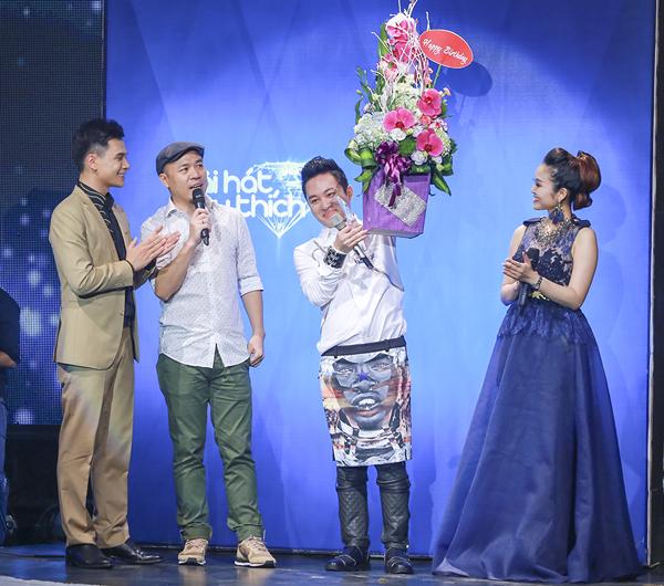 Với phần thể hiện xuất sắc, Tùng Dương đã giành được giải thưởng 'Ca sĩ của tháng'.
