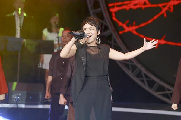 Thái Thuỳ Linh mở đầu chương trình với một ca khúc quen thuộc của nhạc sĩ Nguyễn Xuân Tân là Dậy mà đi.