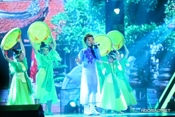 Công Quốc của đội Cẩm Ly chọn ca khúc  Làng quan họ quê tôi (Nhạc: Nguyễn Trọng Tạo - Phỏng thơ: Nguyễn Phan Hách).