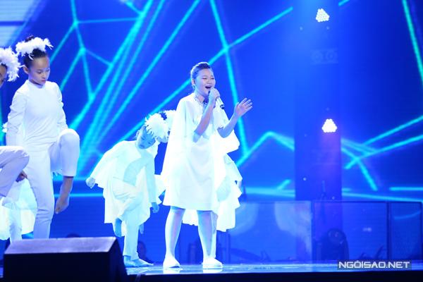 Nguyễn Hà Minh đội Dương Khắc Linh thể hiện ca khúc Con cò (Sáng táng: Lưu Hà An). Phần hòa âm được làm mới với nền nhạc dance sôi động.