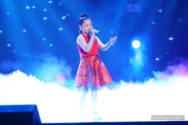 Lan Vy của đội Cẩm Ly khoe chất giọng trong trẻo, phong cách dễ thương qua liên khúc nhạc tiếng Anh.