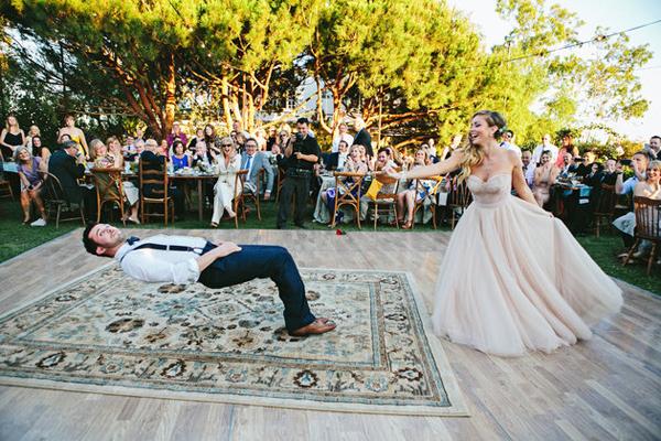Chú rể nằm lơ lửng trên không trung trong ngày cưới 1