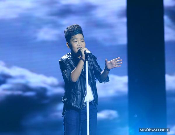Nguyễn Trọng Tiến Quang của đội Dương Khắc Linh chọn phong cách rock với bài hát Cánh chim lạc (Sáng tác: Lưu Thiên Hương).