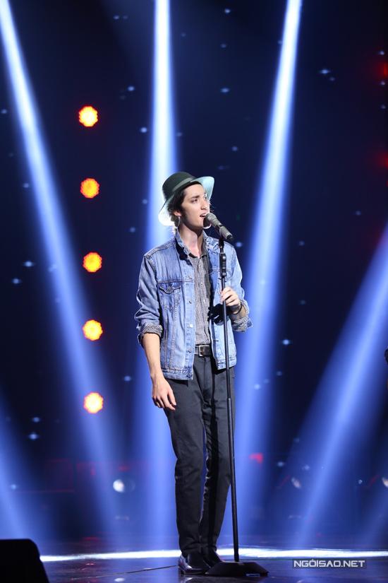 Ca sĩ khách mời Taylor John Williams biểu diễn ca khúc