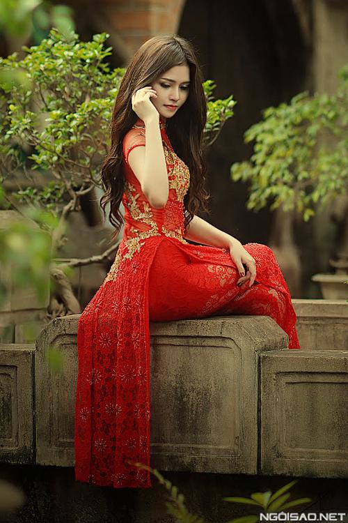 Áo dài ren đỏ kết hợp legging cho cô dâu táo bạo