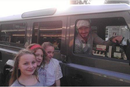 Ba cô bé 11 tuổi phấn khích khi được chụp ảnh cùng Becks.