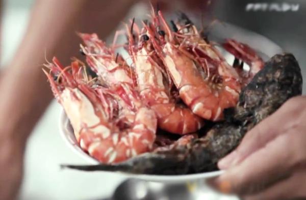 Tôm sú và cá thòi lòi nướng muối ớt ăn rất hợp những ngày trời mưa ở Cà Mau.