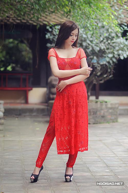 Áo dài cưới ren đỏ khoe vòng một sexy