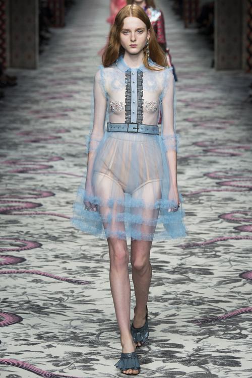 Mẫu nữ 'thả rông', mẫu nam mặc ren điệu đà ở show Gucci