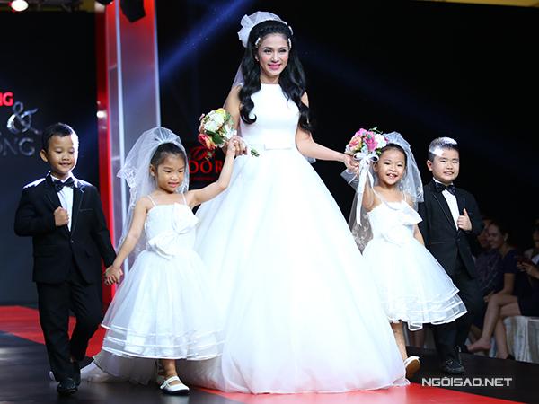 Việt Trinh làm cô dâu trên sàn diễn