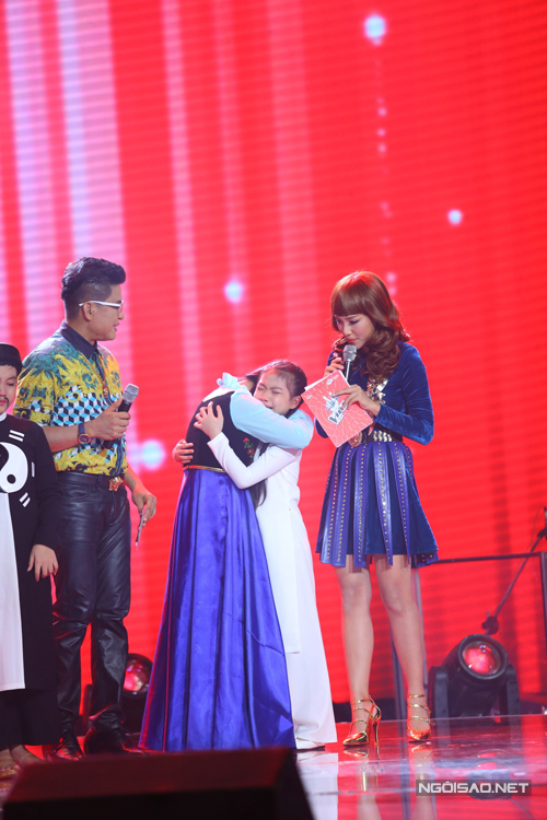 Hải Yến khóc òa trên sân khấu khi biết huấn luyện viên Dương Khắc Linh quyết định chọn Hà Minh đi tiếp.