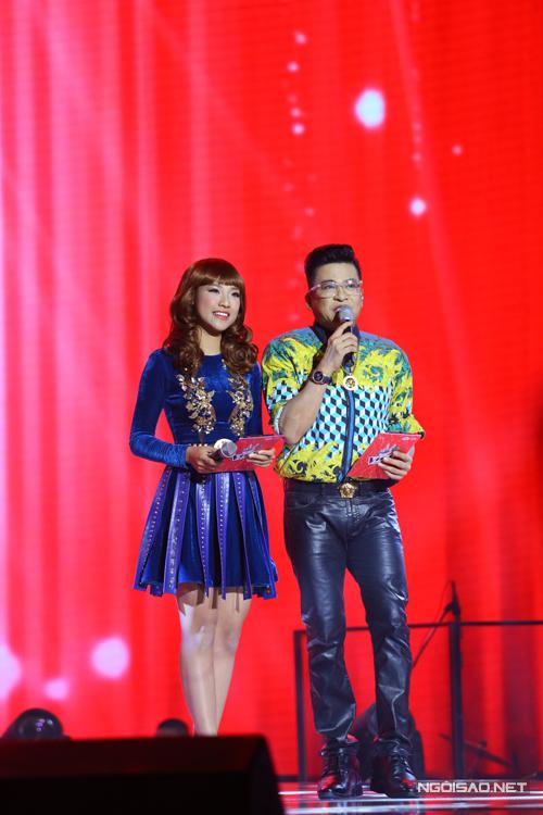 Thanh Bạch và Hoàng Oanh chọn trang phục ton sur ton trên sắc xanh.