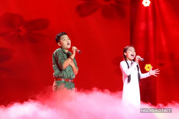 Tiến Quang và Hải Yến của đội Dương Khắc Linh trình diễn phần song ca với ca khúc Màu hoa đỏ (Sáng tác: Thuận Yến).
