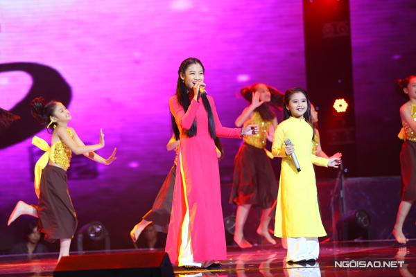 Minh Tuyết và Thu Thủy của đội Hồ Hoài Anh - Lưu Hương Gia thể hiện bài hát Xin chữ thầy đồ, một sáng tác mới nhất của giám đốc âm nhạc Lưu Thiên Hương.