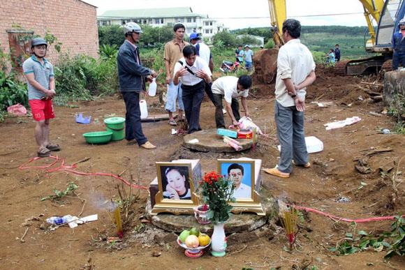 Sau khi hoàn tất công tác khai quật, thi thể 2 nạn nhân được bàn giao cho gia đình lo hậu sự.