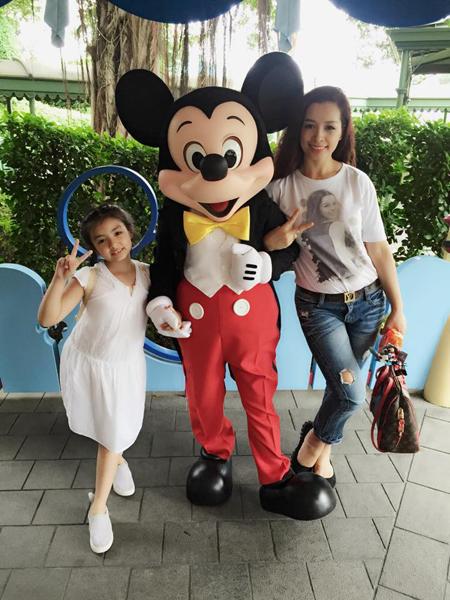 Bé Bông ra dáng khi chụp ảnh cùng mẹ và chú chuột Mickey ở Disneyland Hong Kong.