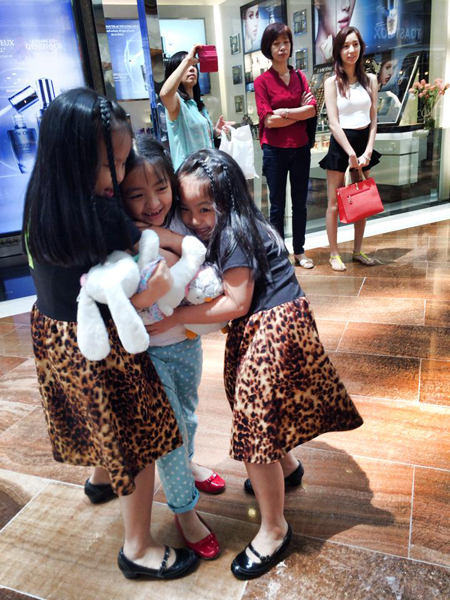 Ba chị em Suti, Suli và Bông rất thân thiết.