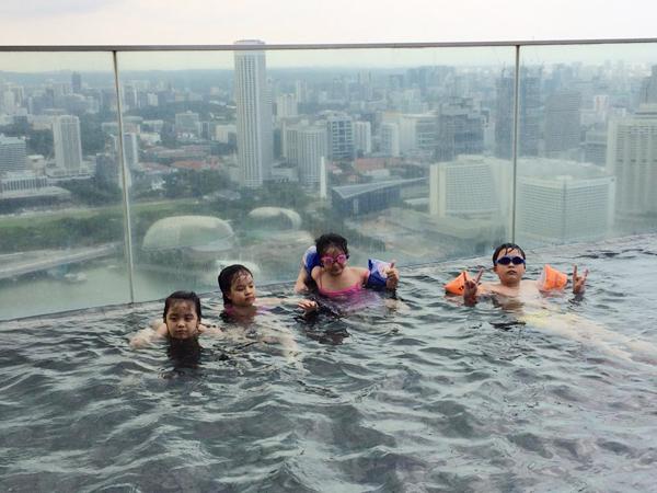 Để đi bơi trên đỉnh tòa nhà Marina Sandbay.