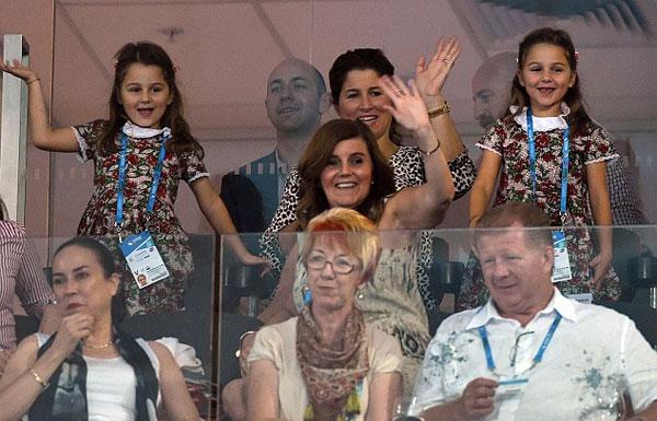 Hai cô con gái cưng Charlene Riva và Myla Rose theo mẹ tới sân cổ vũ bố từ ngày còn nhỏ xíu.
