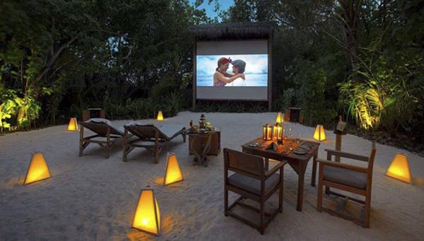 Ở Maldives, ngoài ngắm sao trời vào ban đêm thì bạn có thể chọn đi xem phim như thế này cũng đủ lãng mạn lắm rồi.