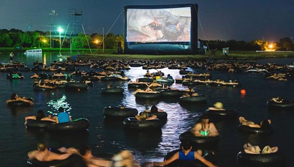 Nếu muốn trải nghiệm cảm giác nằm trên phao bơi giữa hồ và xem phim trong bộ đồ bơi mát mẻ thì bạn hãy đến Alamo Drafthouse ở Austin, Texas, Mỹ.