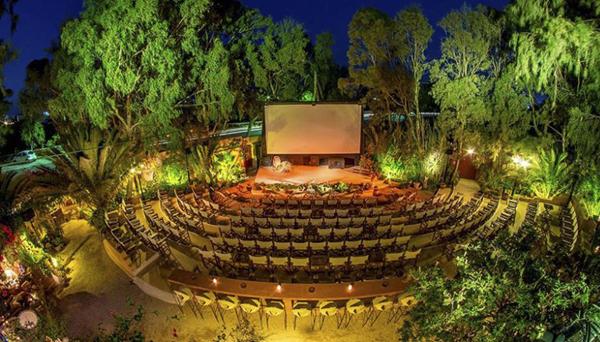 Mỗi khách sẽ phải trả khoảng 10 Euro để xem một suất chiếu ở rạp Cinekamari trên đảo thiên đường Santorini, Hy Lạp. Giá vé này đã bao gồm 1 cốc cocktail.