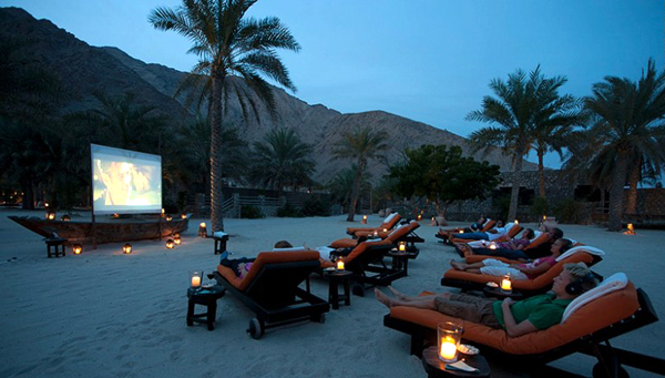 Six Senses Zighy Bay của Oman cũng nằm trong top này với hệ thống ghế ngồi kiêm giường nằm di động được đặt trên bãi cát và màn hình chiếu những bộ phim kinh điển.