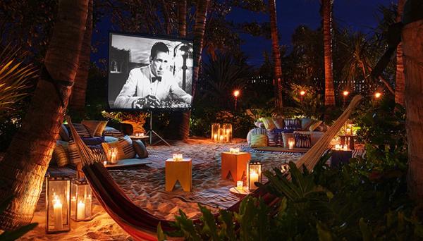 Trong khuôn viên khách sạn bãi biển Miami cũng có một rạp chiếu phim nhỏ xinh được nhiều du khách yêu thích. Ở đây được bố trí cả giường đệm loại to, võng và tấm thảm trải trên nền cát.