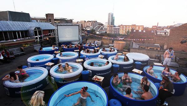 Hot Tub Cinema là hệ thống rạp chiếu phim kiêm bể bơi, hiện đã có mặt ở Mỹ, Anh và Ibiza. Khán giả vừa có thể xem phim vừa ngâm mình trong bể bơi và thưởng thức đồ uống cùng một lúc.