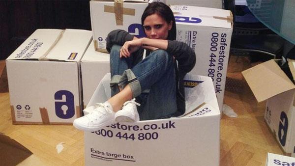 Hình ảnh hiếm hoi Vic mặc quần jean, đi giày thể thao, trong một lần đi làm từ thiện