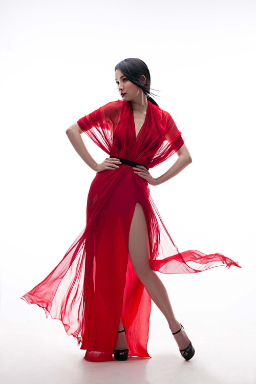 Thùy Lâm sexy với váy xẻ cao