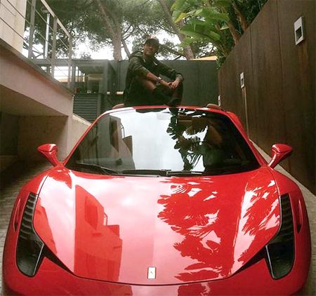 Neymar ngồi trên mui, khoe xe sang Ferrari