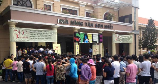 Hàng hiệu giảm giá hút khách Sài Gòn