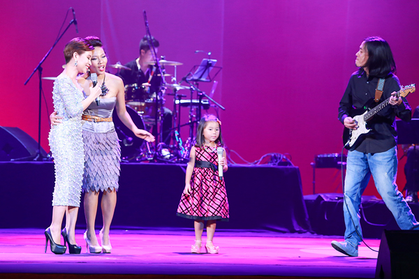 Mặc dù chưa hát được nhưng con gái đầu lòng của Hà Trần