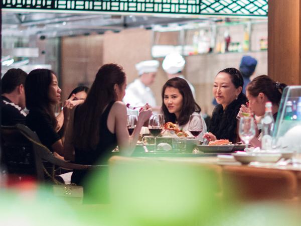 [Caption]Trong buổi ăn tối, Hà Hồ nói cô rất vui mừng được gặp lại bác sĩ Eri. Được biết vào tháng 9 vừa qua, giọng ca What is love đã dần đoàn nghệ sĩ Việt gồm Chipu, Gil Lê, Lý Quí Khánh, Quang Vinh sang Nhật để gặp bà.