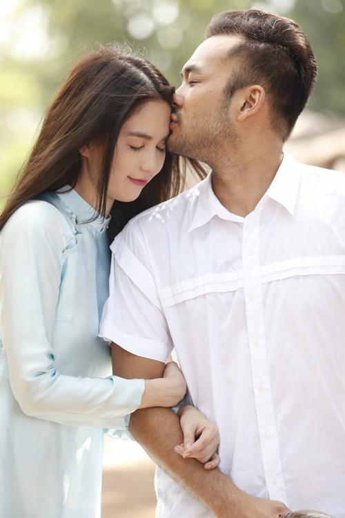 [Caption]Thậm chí, nụ hôn đầu tiên còn chẳng phải là hôn môi, mà là một nụ hôn nhẹ ở trán  nụ hôn được gọilà nụ hôn vĩnh cửu.Theo quan niệm,nụ hôn ở trán là thuần khiết nhất, nó không chỉ chứa đựng tình yêu mà còn cả sự trân trọng,an tâm.