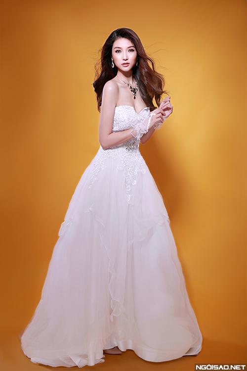 Ngọc Duyên yêu kiều diện váy cưới đính hoa cầu kỳ