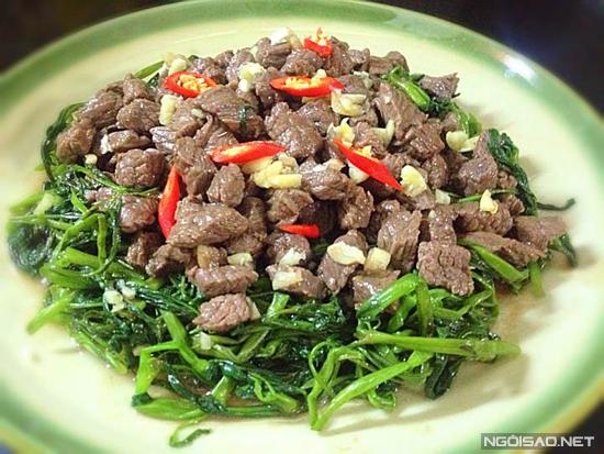 Có hai món kết hợp với rau muống vô cùng hấp dẫn và hoàn hảo đó là canh ghẹ rau muống và thịt trâu xào rau muống.