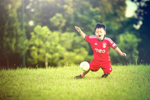 Những lợi ích khi cho trẻ chơi bóng