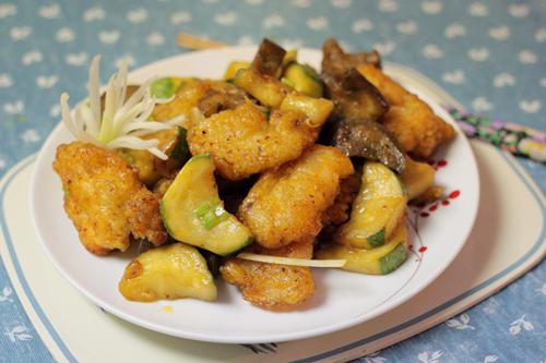 Thịt cá ngọt được bọc trong một lớp bột vàng giòn, xào cùng với cà tím, bí ngồi, ăn không ngấy như món cá rán thông thường.