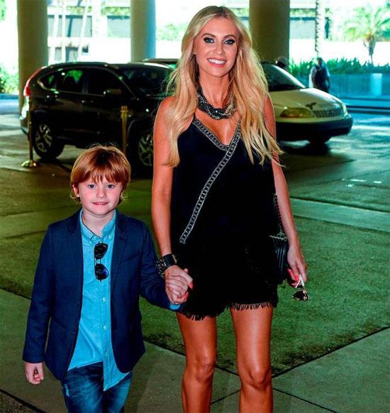 Bà xã Claudine của Robbie Keane và cậu con trai đầu lòng Robert.