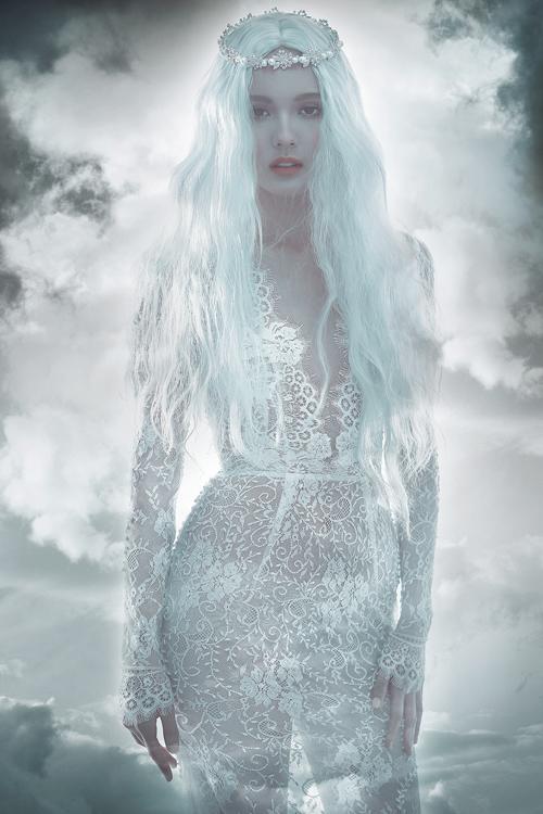 Hot girl đẹp như thiên thần với váy cưới sexy
