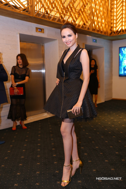 Hoa hậu Diễm Hương chọn phụ kiện ánh kim nổi bật để phối cùng mẫu váy đen