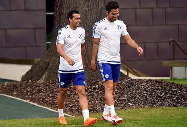 Tiền vệ Chelsea và người đồng đội Pedro thư giãn trước khi Tây Ban Nha gặp Luxembourg