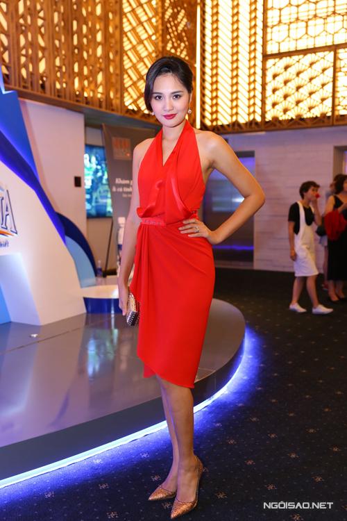 Hương Giang nổi bật với váy màu đỏ tươi.