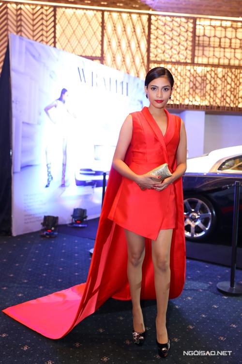 Trương Thị May chọn váy vest và áo choàng dài để góp mặt tại sự kiện.