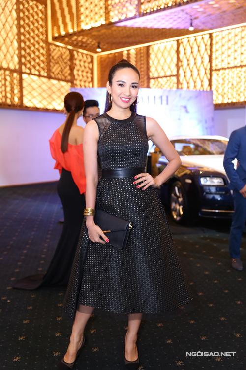 Hoa hậu Ngọc Diễm trẻ trung và cá tính cùng tóc 'đuôi gà' cột cao và váy xòe đen.